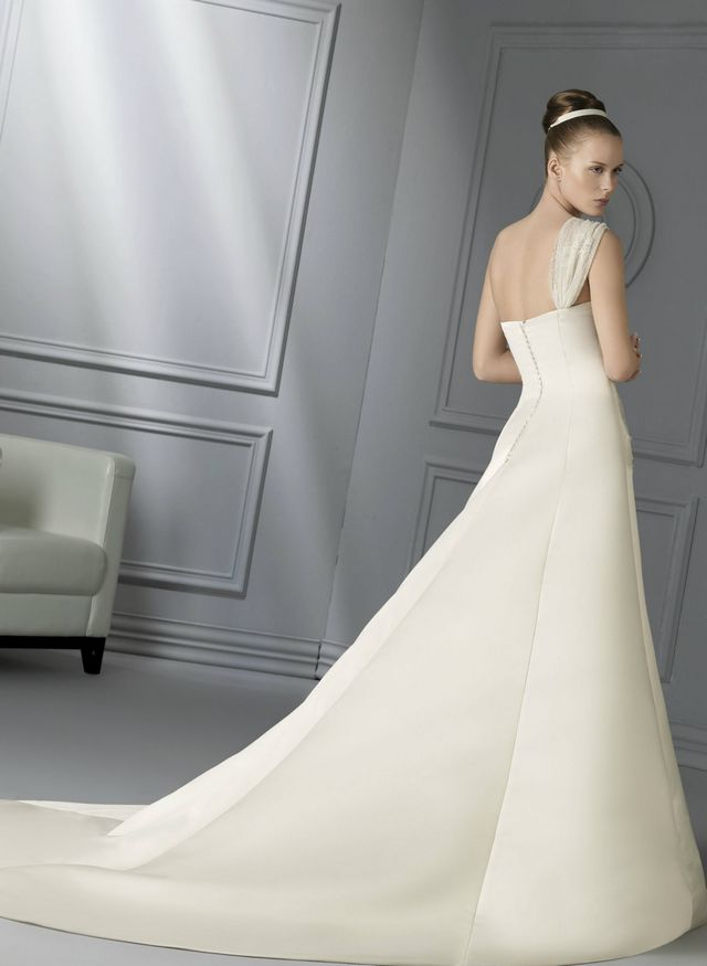 wedding dresses with extra long trains photo