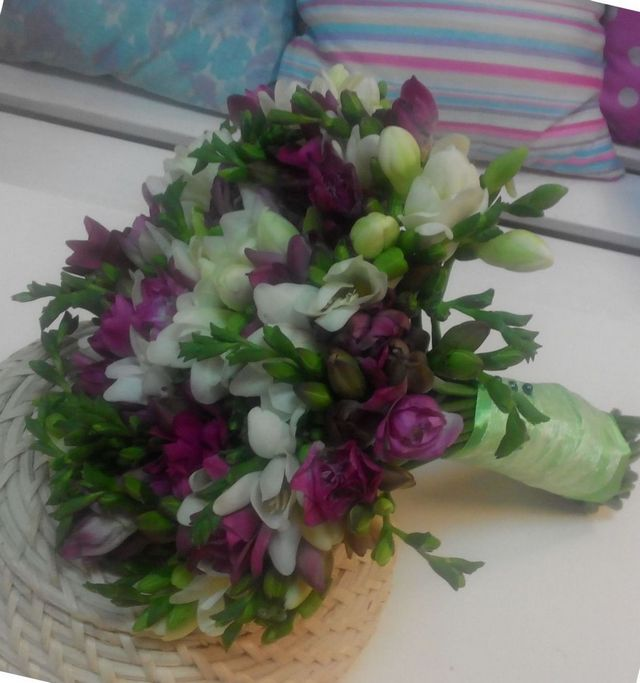 wedding flowers roses and freesias
