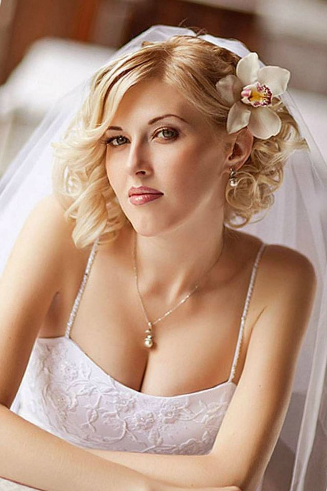 wedding hairstyle for short hair with flowers